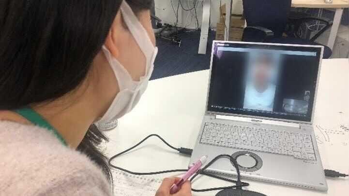 Người phụ nữ Việt Nam kể lại quá trình bị quấy rối tình dục khi còn là thực tập sinh ở Nhật Bản với phóng viên qua Internet. Ảnh: NHK