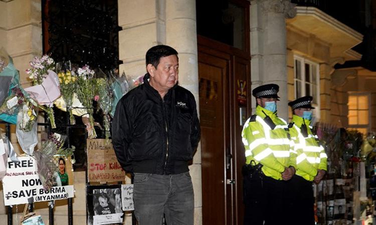 Đại sứ Kyaw Zwar Minn (áo đen) đứng ngoài tòa nhà đại sứ quán Myanmar ở Anh hôm 7/4. Ảnh: AFP.