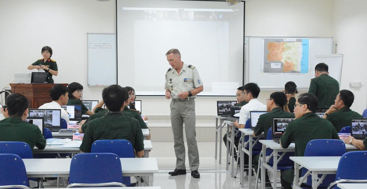Lớp học trực tuyến kết hợp trực tiếp huấn luyện Sĩ quan tham mưu Liên Hợp Quốc khai mạc sáng 14/4. Ảnh: Hiếu Duy
