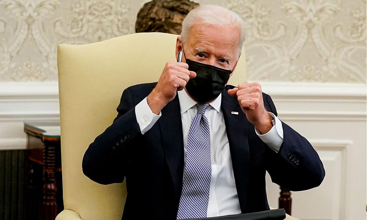 Tổng thống Joe Biden trong cuộc họp với các nhà lập pháp Mỹ tại phòng Bầu dục ở Nhà Trắng hôm 12/4. Ảnh: CBS.