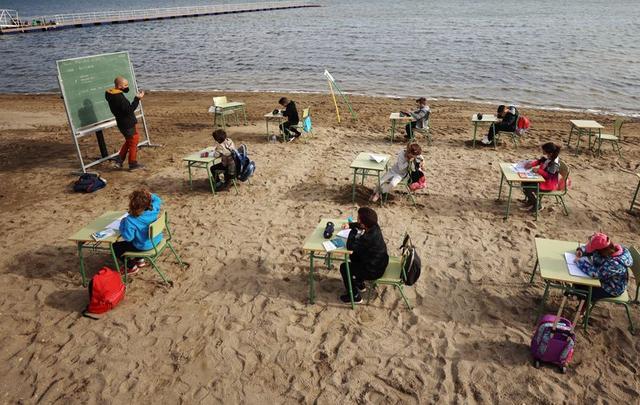 Lớp học được tổ chức bên bờ biển thành phố Murcia, Tây Ban Nha. Ảnh: Reuters.
