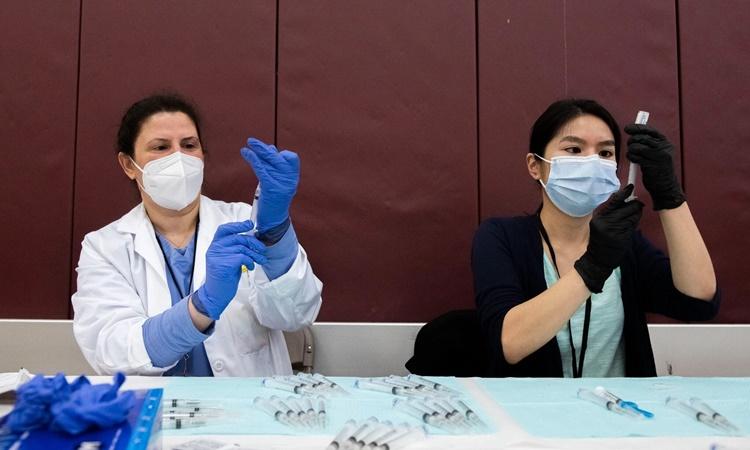 Nhân viên y tế chuẩn bị các mũi tiêm vaccine Covid-19 của Johnson & Johnson ở Detroit ngày 12/4. Ảnh: AP.