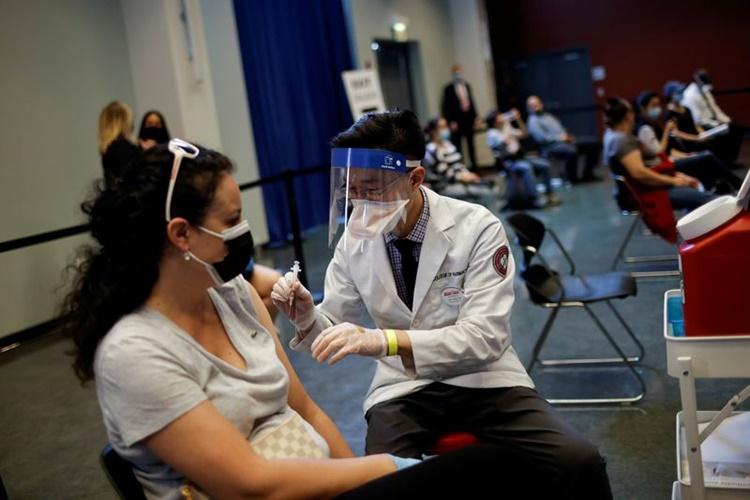 Một phụ nữ được tiêm vaccine Johnson & Johnson ở Chicago, Illinois, ngày 6/4. Ảnh: Reuters.