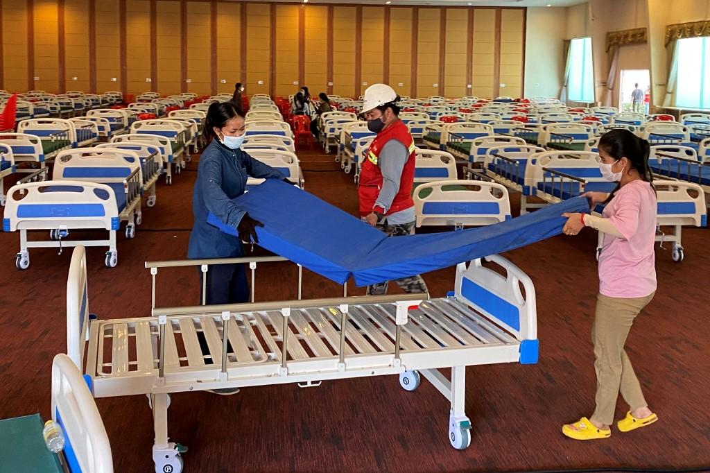 Quân đội Campuchia chuẩn bị giường cho bệnh nhân Covid-19 tại một hội trường tiệc cưới được chuyển thành bệnh viện dã chiến ở Phnom Penh ngày 11/4. Ảnh: AFP.