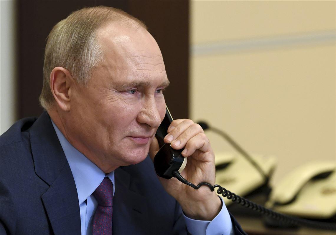 Putin gọi điện trong một cuộc họp trực tuyến ở ngoại ô Moskva ngày 10/12/2020. Ảnh: AP.