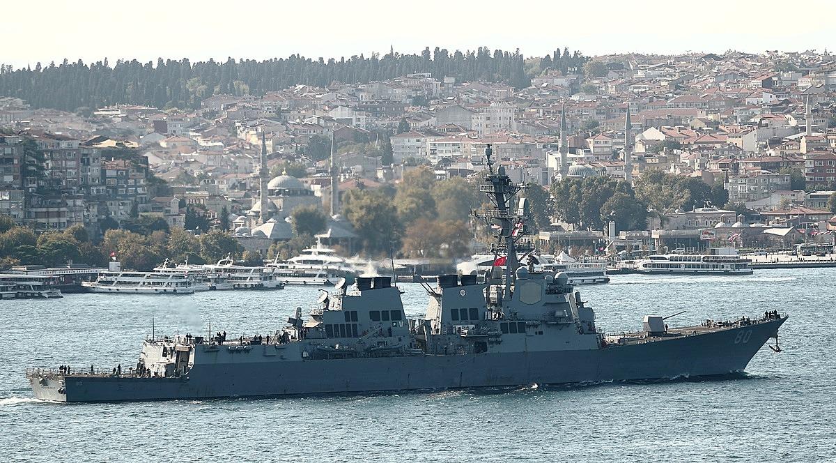 Tàu khu trục USS Roosevelt của Mỹ tại eo biển Bosporus hồi tháng 10/2020. Ảnh: Reuters