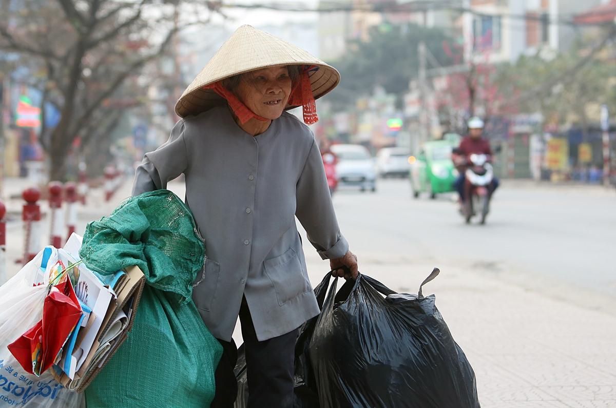 Bà Nguyễn Thị Me (77 tuổi) làm nghề nhặt rác trên phố Hà Nội, tháng 2/2018. Ảnh: Ngọc Thành