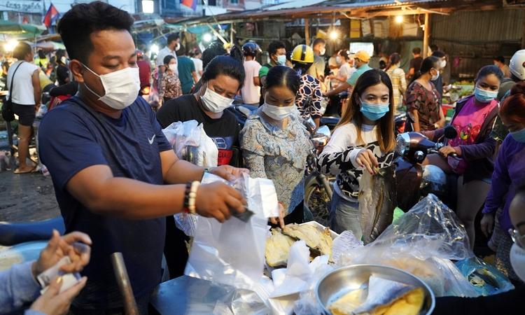 Người dân tập trung mua đồ tại một khu chợ ở Phnom Penh, Campuchia, hôm 14/4. Ảnh: Reuters.