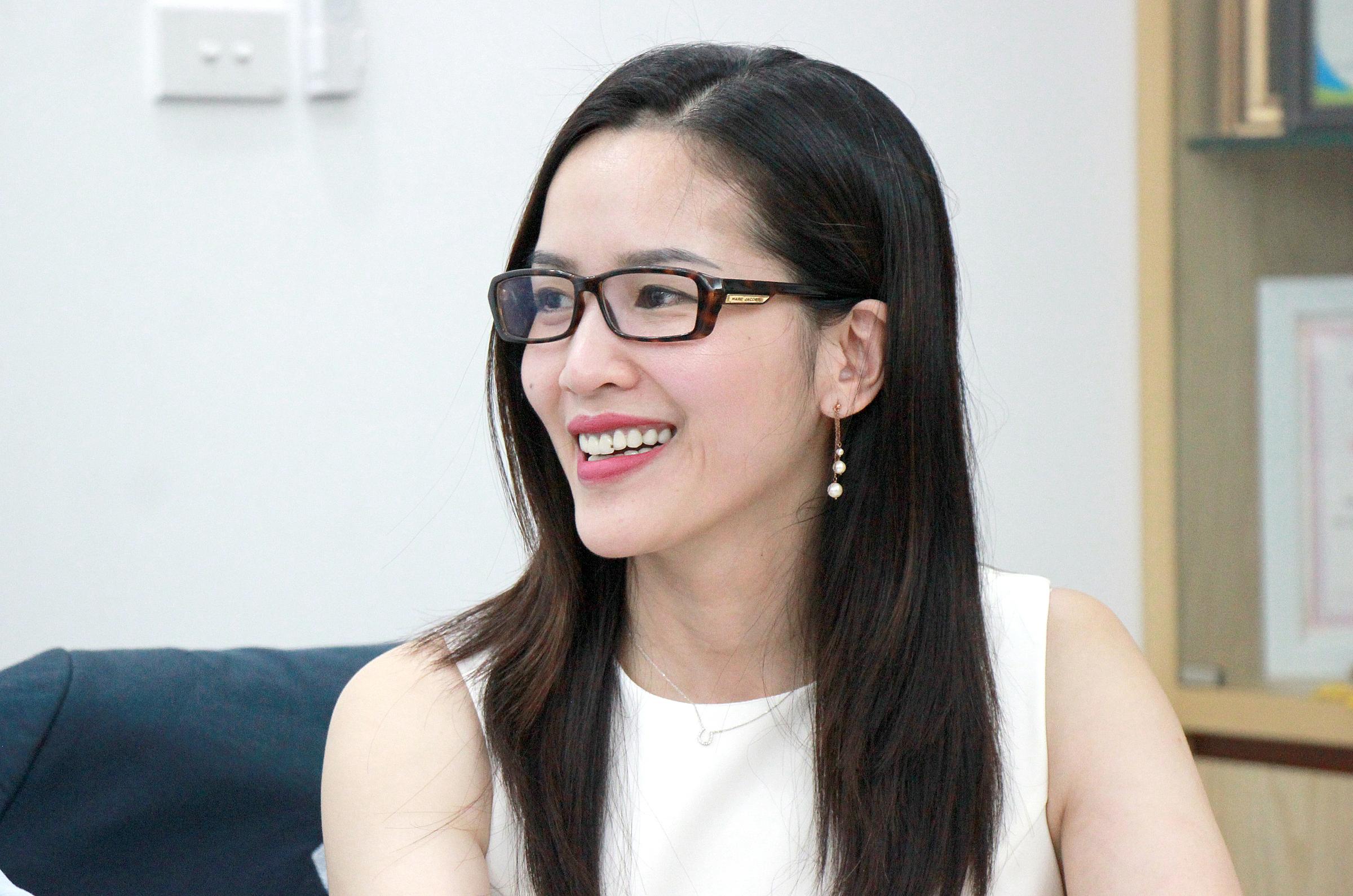 Chị Võ Hồng Hạnh tư vấn các bước để nộp hồ sơ xin học bổng. Ảnh: Quang Anh.