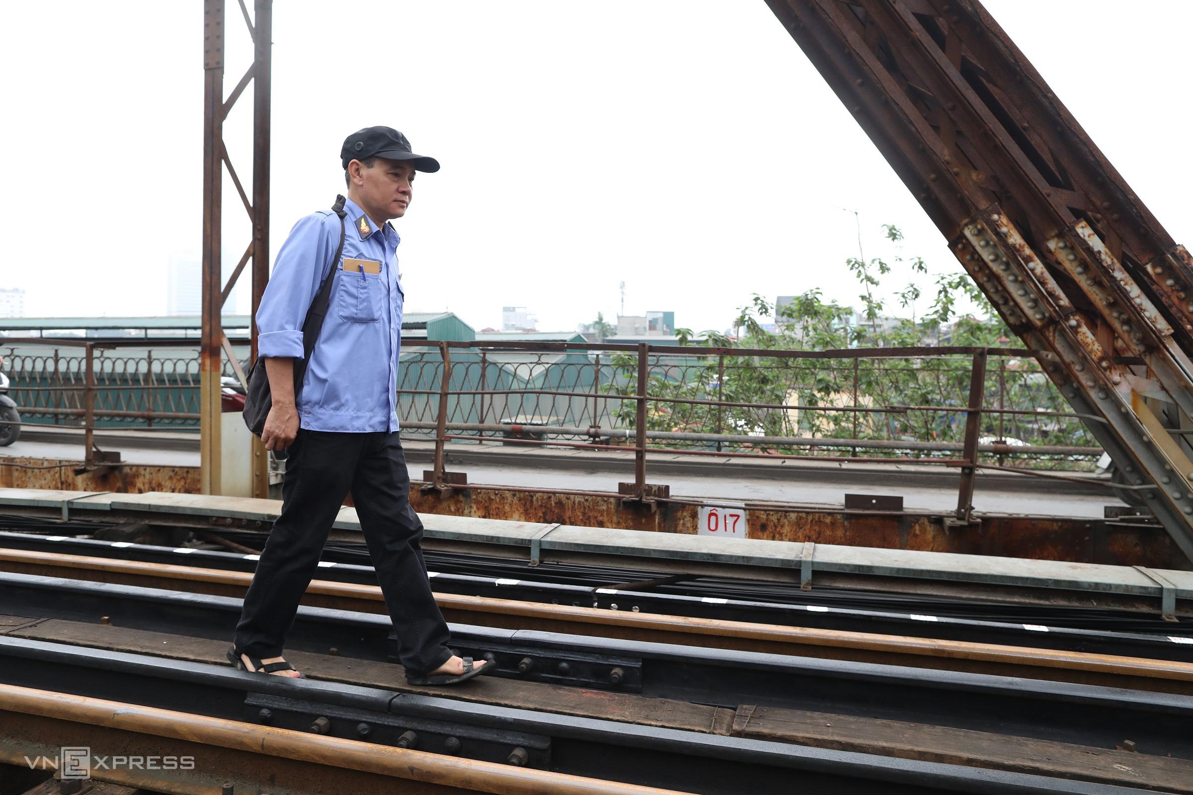Nhân viên tuần đường sắt trên cầu Long Biên. Ảnh: Ngọc Thành.