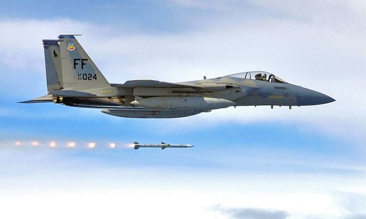 Tiêm kích F-15C phóng đạn AIM-120 trong một đợt diễn tập bắn đạn thật. Ảnh: USAF.
