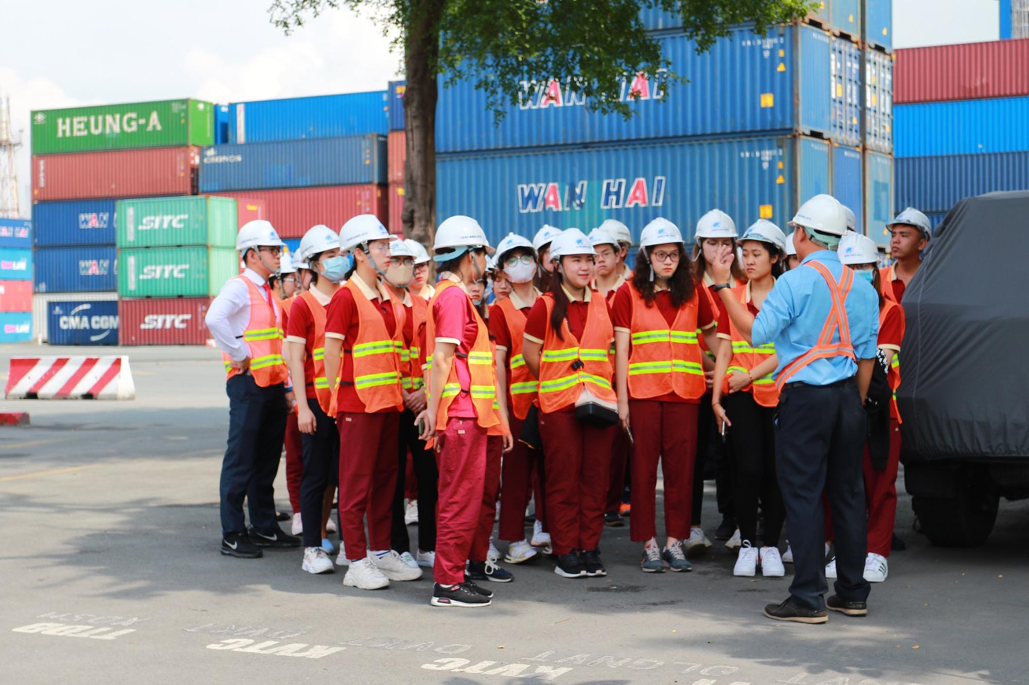 Sinh viên SIU tham quan, học tập thực tế về Logistics tại Tân Cảng - Sài Gòn.