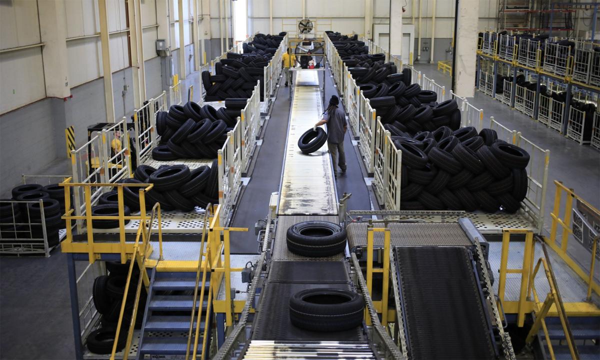 Một công nhân đang dỡ lốp xe tại một nhà máy ở Sumter, South Carolina. Ảnh: Bloomberg