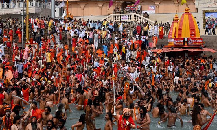 Các tín đồ đạo Hindu ngâm mình ở sông Hằng trong lễ hội tôn giáo Kumbh Mela đang diễn ra tại thành phố Haridwar hôm 12/4. Ảnh: AFP.
