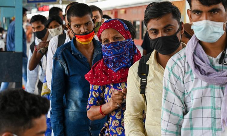 Người dân xếp hàng chờ xét nghiệm Covid-19 tại một ga tàu ở Mumbai, bang Maharashtra, Ấn Độ hôm 14/4. Ảnh: AFP.
