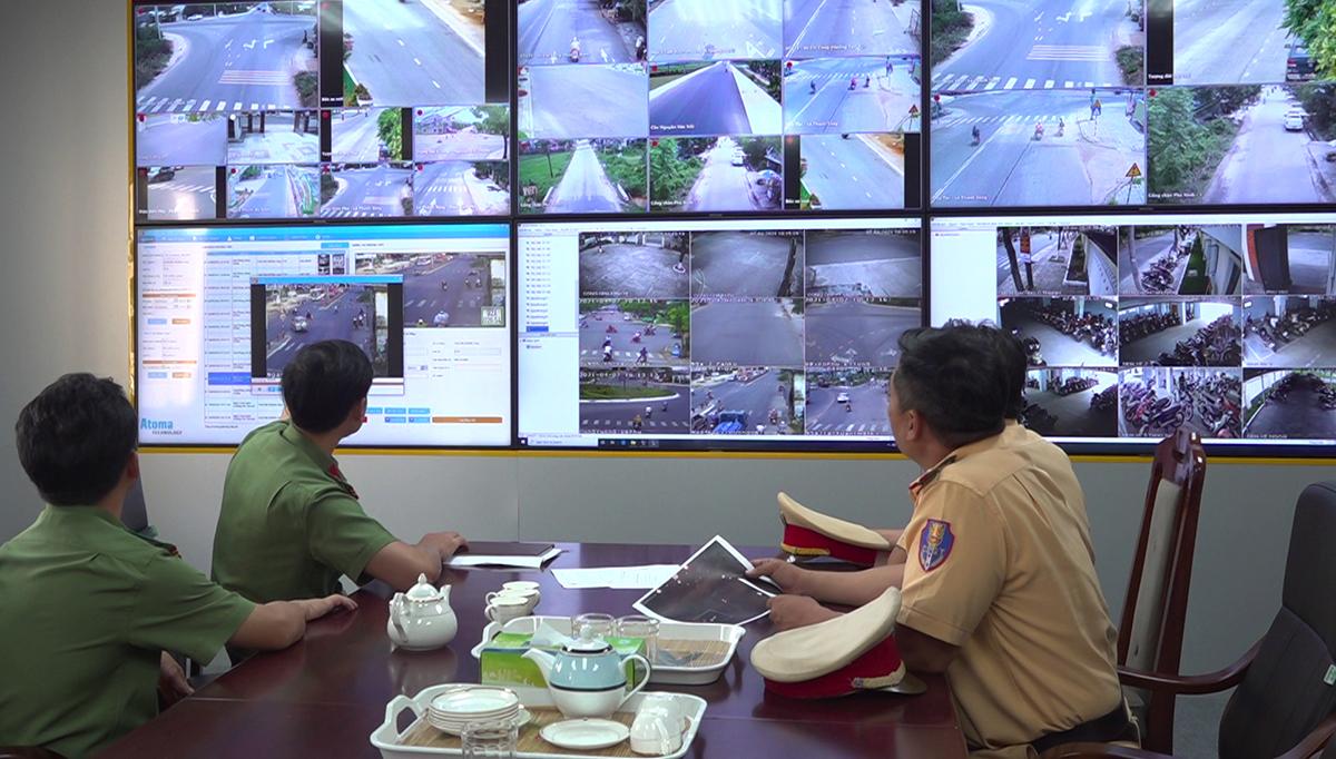 CSGT theo dõi hệ thống tại Trung tâm chỉ huy Công an tỉnh Quảng Nam: Ảnh: Đắc Thành.