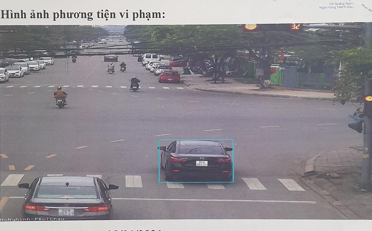 Một xe ôtô vượt đèn đỏ được nhận diện ghi lại in vào biên bản xử phạt. Ảnh: Đắc Thành.