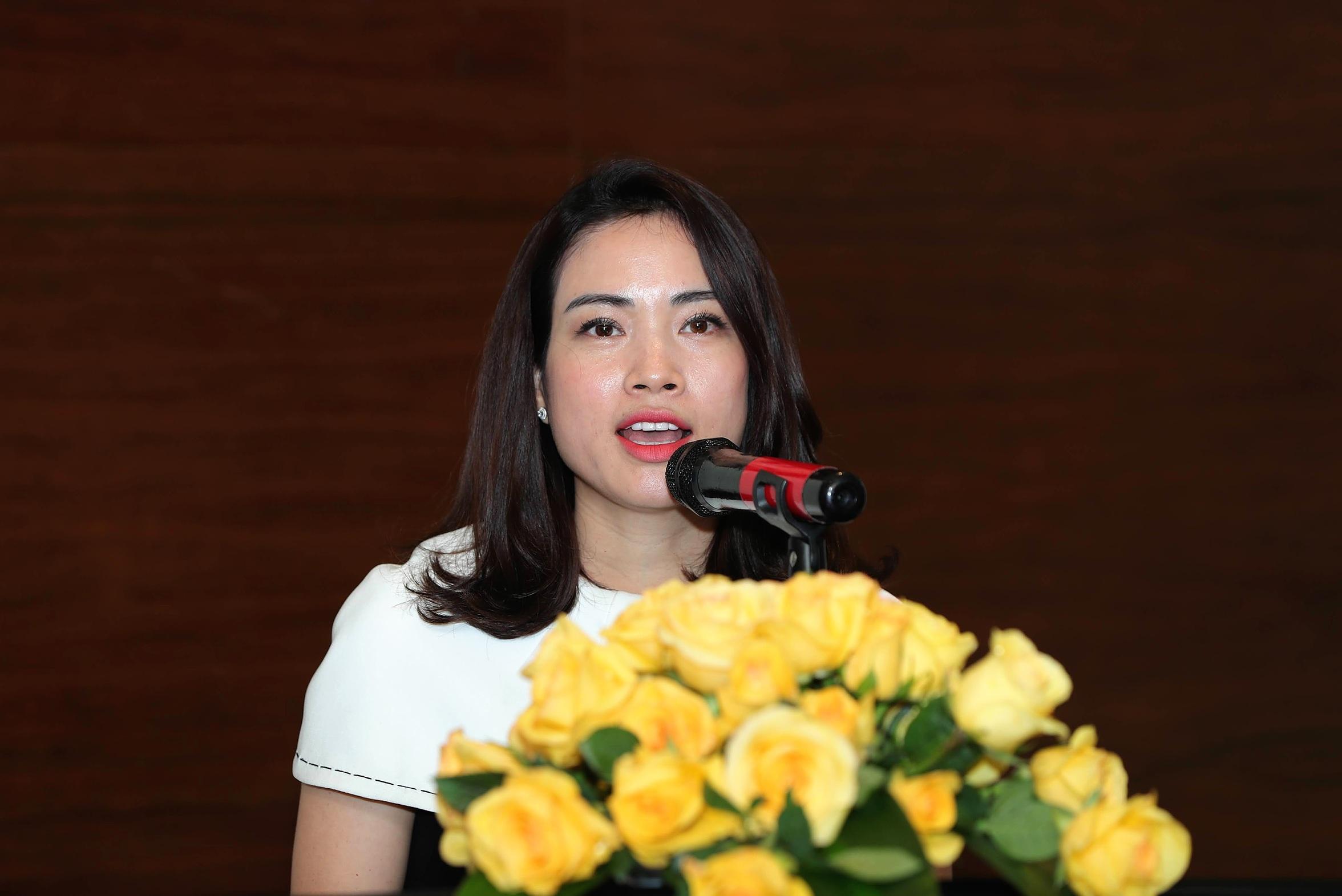 Bà Trần Thị Thu Phương, đại diện báo điện tử VnExpress, phó ban tổ chức chương trình chia sẻ lý do tổ chức cuộc thi hùng biện. Ảnh: Phạm Chiểu.