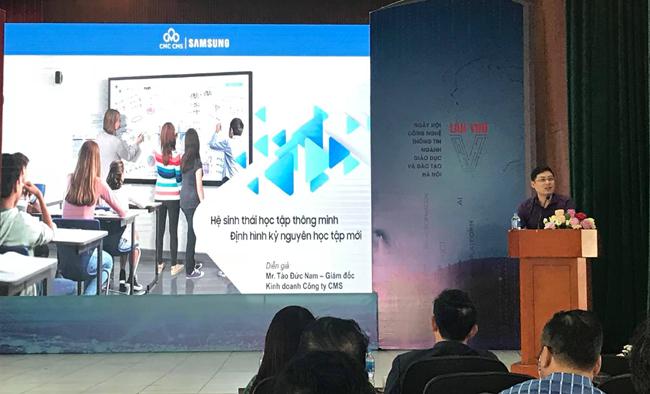 Ông Tào Đức Nam giới thiệu giải pháp lớp học thông minh với các thiết bị ngoại vi của Samsung tại hội thảo Chuyển đổi số trong giáo dục và đào tạo thủ đô.