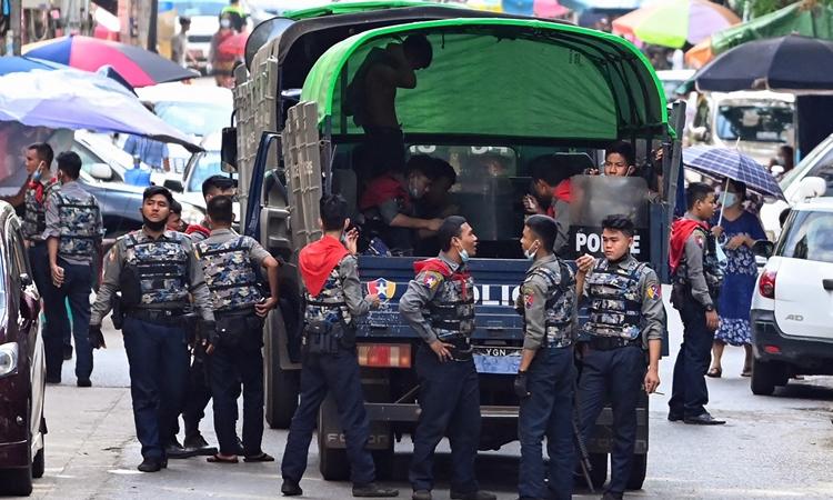 Sĩ quan cảnh sát Myanmar tại thành phố Yangon hôm 12/4. Ảnh: AFP.