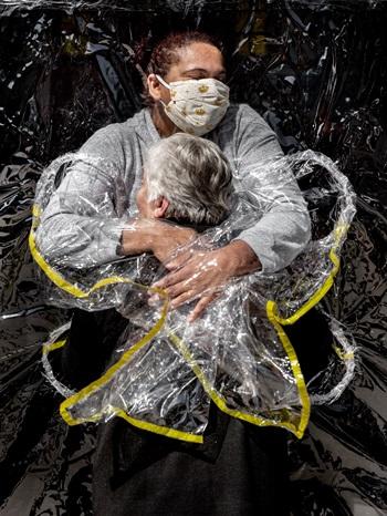 Bà Rosa Luiza Lunardi ôm nữ y tá trong viện dưỡng lão ở Sao Paolo, Brazil tháng 8/2020. Ảnh: Mads Nissen.