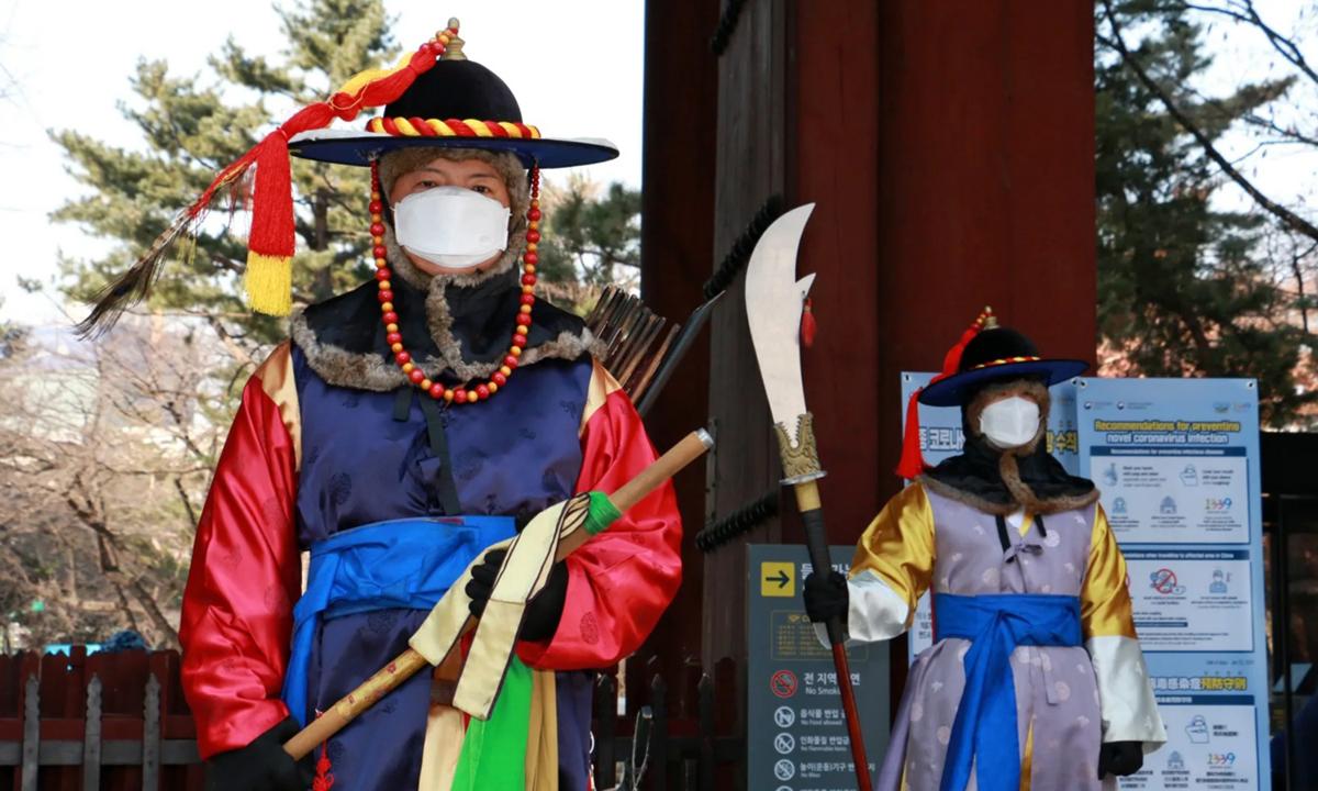 Lính gác cung điện Deoksugung ở thủ đô Seoul hồi tháng 2/2020. Ảnh: Nikkei Asia.