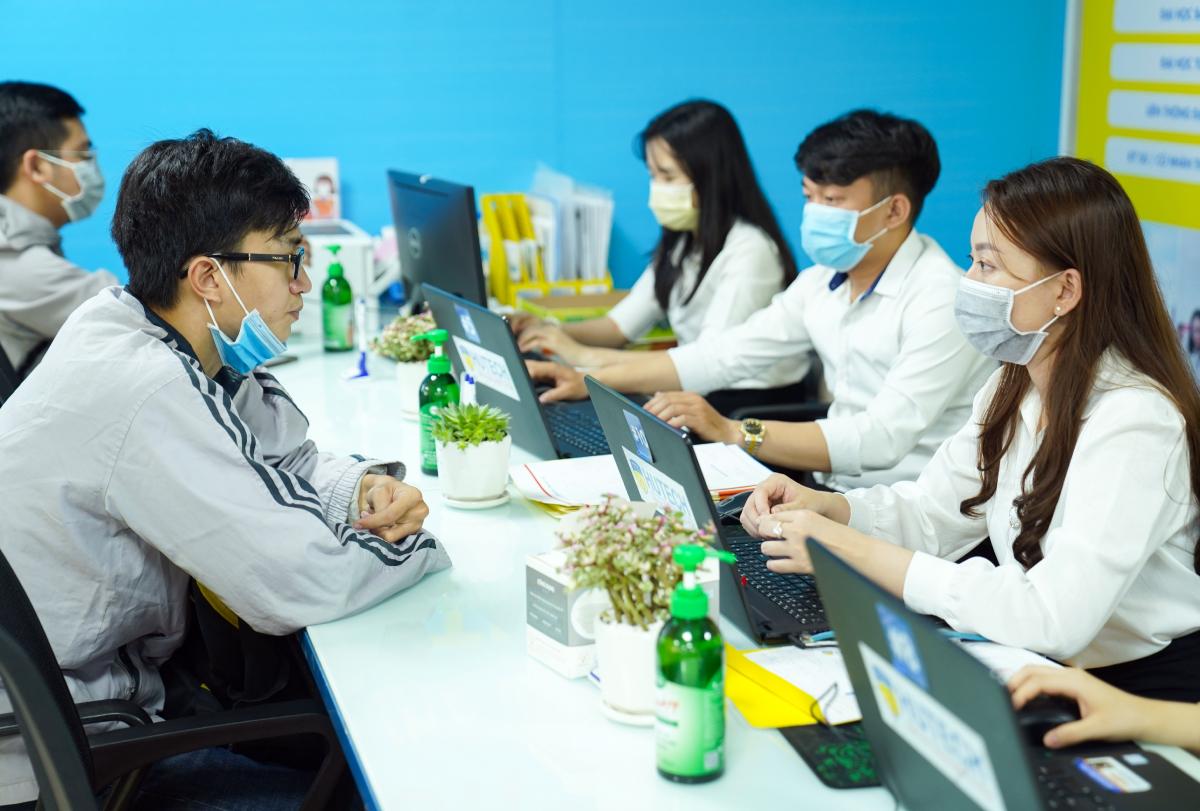 Thí sinh đăng ký dự thi xét tuyển đại học tại Đại học Công nghệ TP HCM hồi tháng 3. Ảnh: Nguyễn Phương.