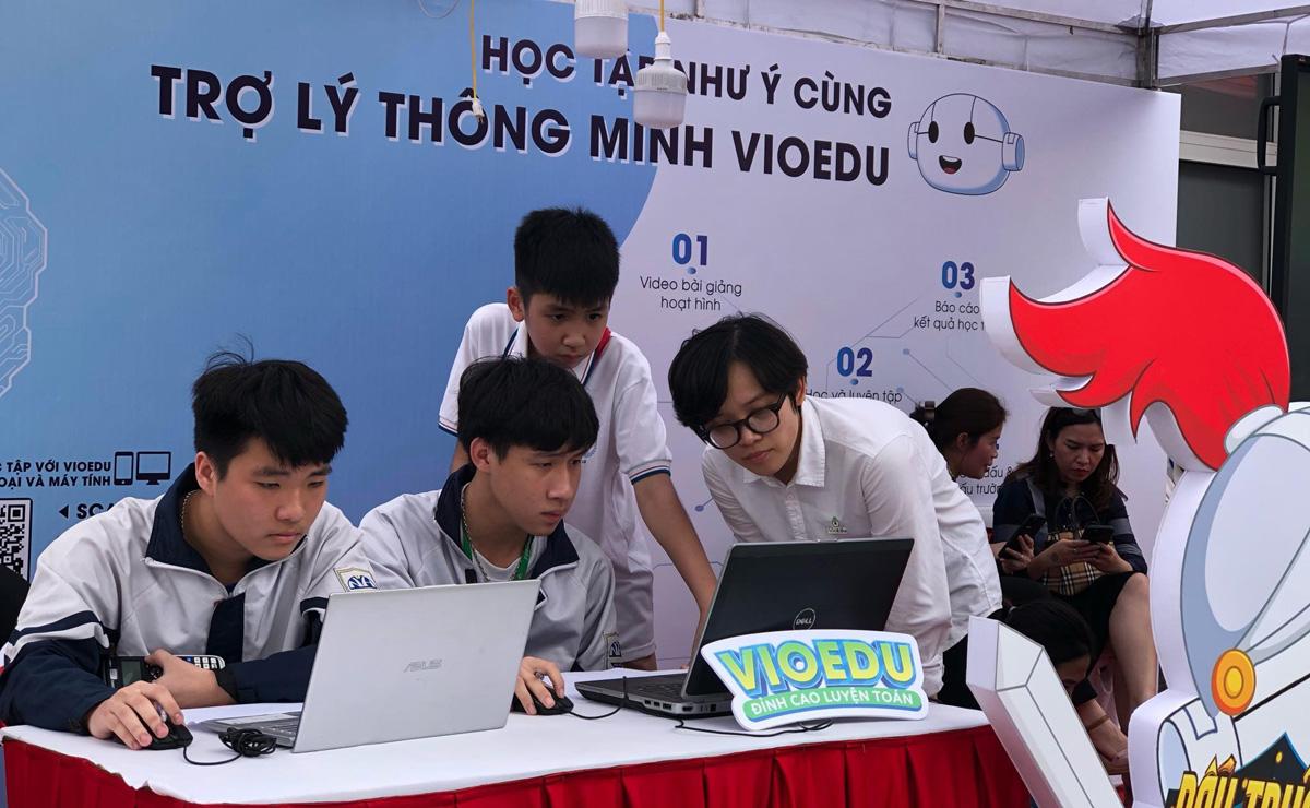 Học sinh trải nghiệm Vioedu tại ngày hội CNTT ngành Giáo dục và Đào tạo Hà Nội ngày 13-14/4. Ảnh: Thu Huyền.