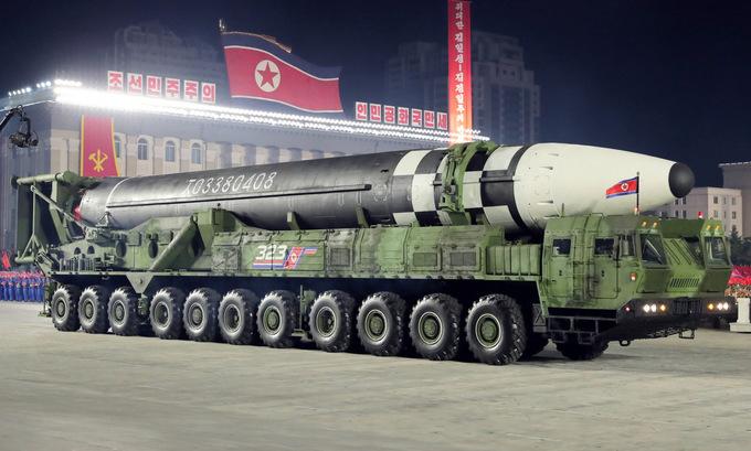 Mẫu ICBM mới được Triều Tiên công bố trong cuộc duyệt binh hôm 10/10. Ảnh: KCNA.