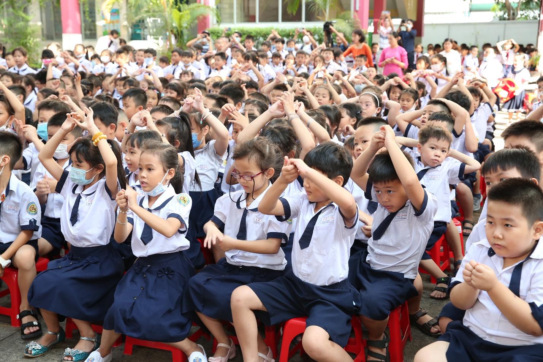 Học sinh tiểu học Lê Lai thực hành các bước rửa tay đúng cách.