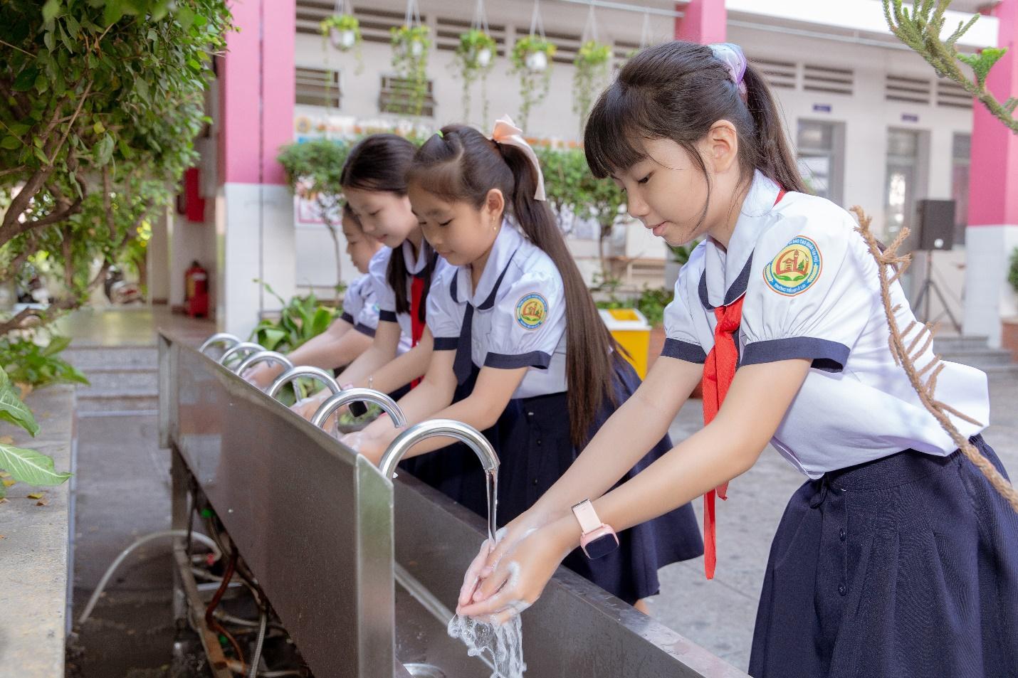 Học sinh trải nghiệm bồn rửa tay thông minh.