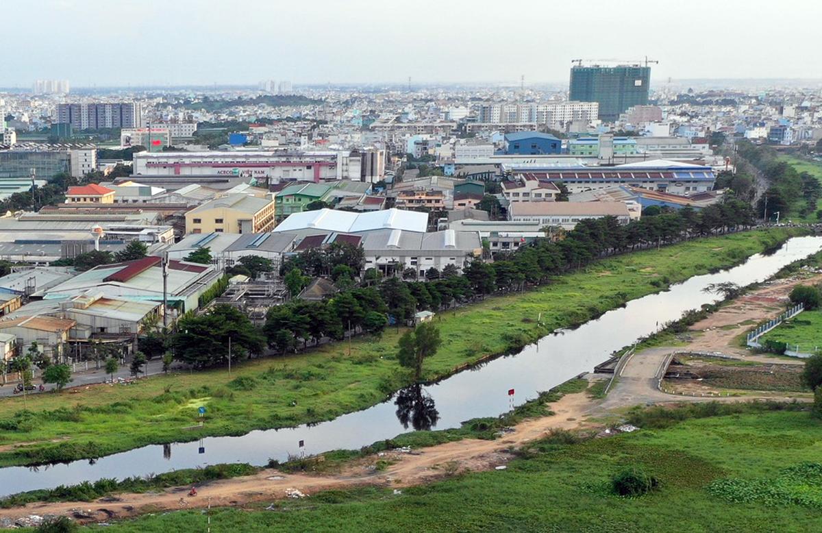 Kênh Tham Lương đoạn chảy qua quận 12. Ảnh: Hữu Khoa.
