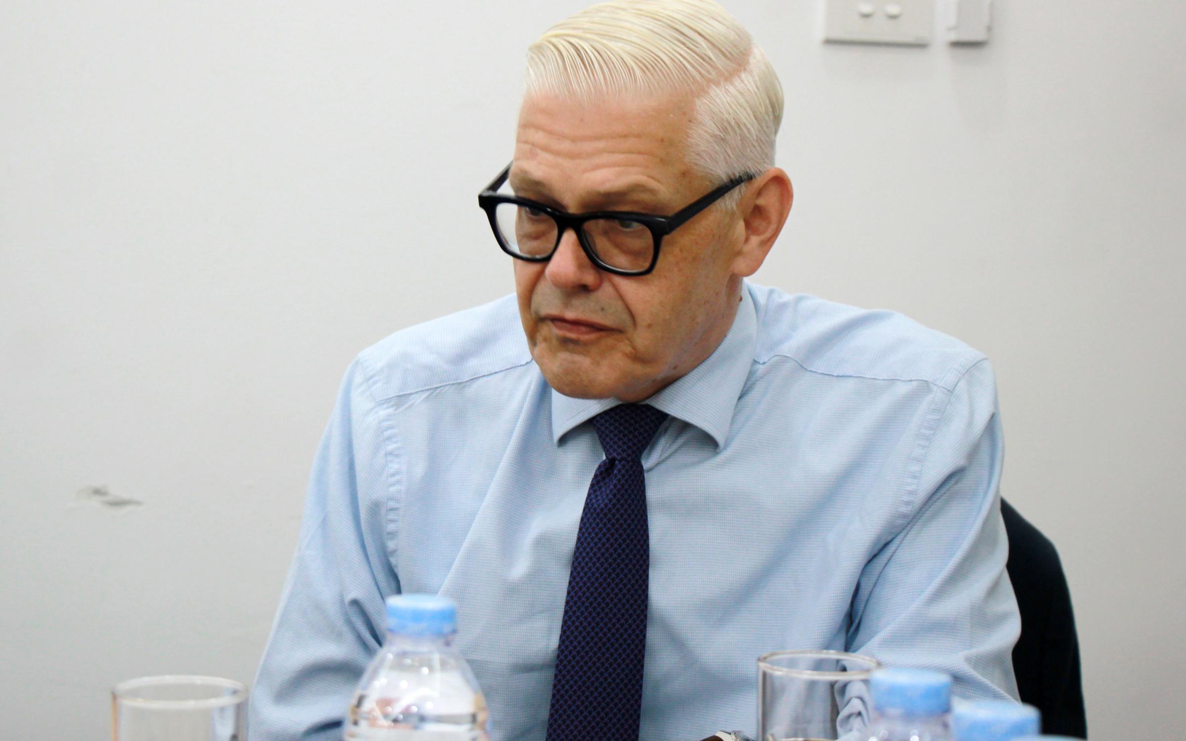 Ông Christopher Jeffery giải đáp các tiêu chí lựa chọn quán quân học bổng Đại sứ Vương quốc Anh đến độc giả. Ảnh: Quang Anh.