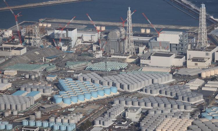 Nhà máy điện hạt nhân Fukushima Daiichi tại tỉnh Fukushima, Nhật Bản, và các bể chứa nước đã qua xử lý nhìn từ trên cao hôm 14/2. Ảnh: AFP.