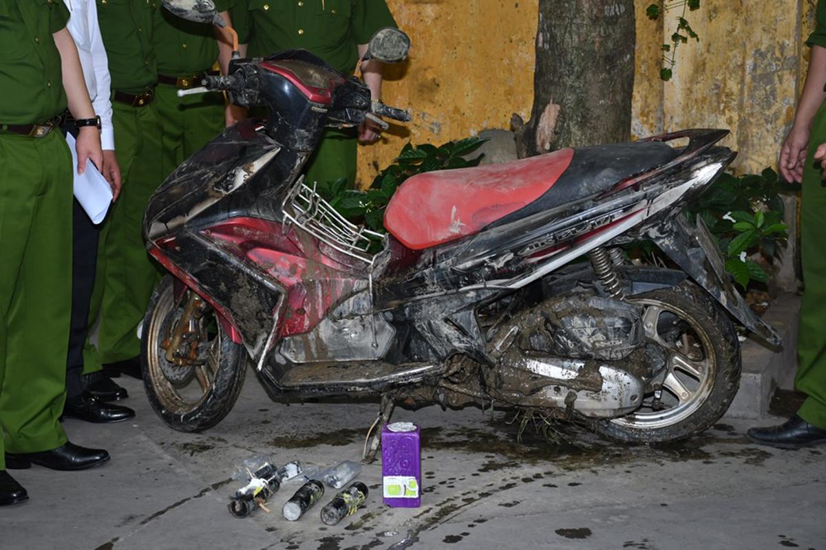 Chiếc xe máy mà Vũ cướp của ông Vũ Văn Tuân ở Do Nha 2, phường Quán Toan, quận Hồng Bàng để tẩu thoát đã được công an tím thấy dưới sông giáp giữa huyện An Dương với huyện An Lão cùng các quả mìn tự chế. Ảnh: Công an cung cấp