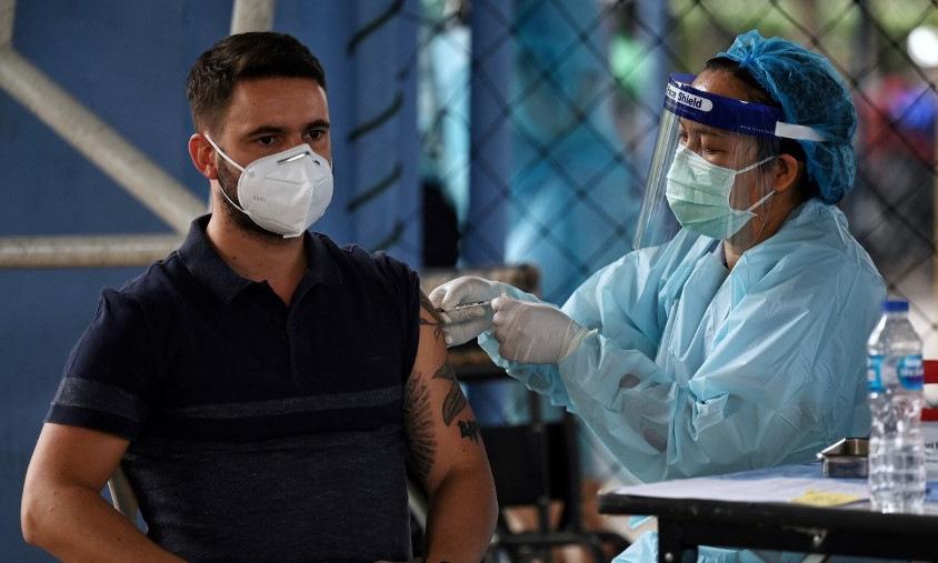 Người dân Thái Lan tiêm vaccine Covid-19 tại Bangkok hôm 8/4. Ảnh: AFP.