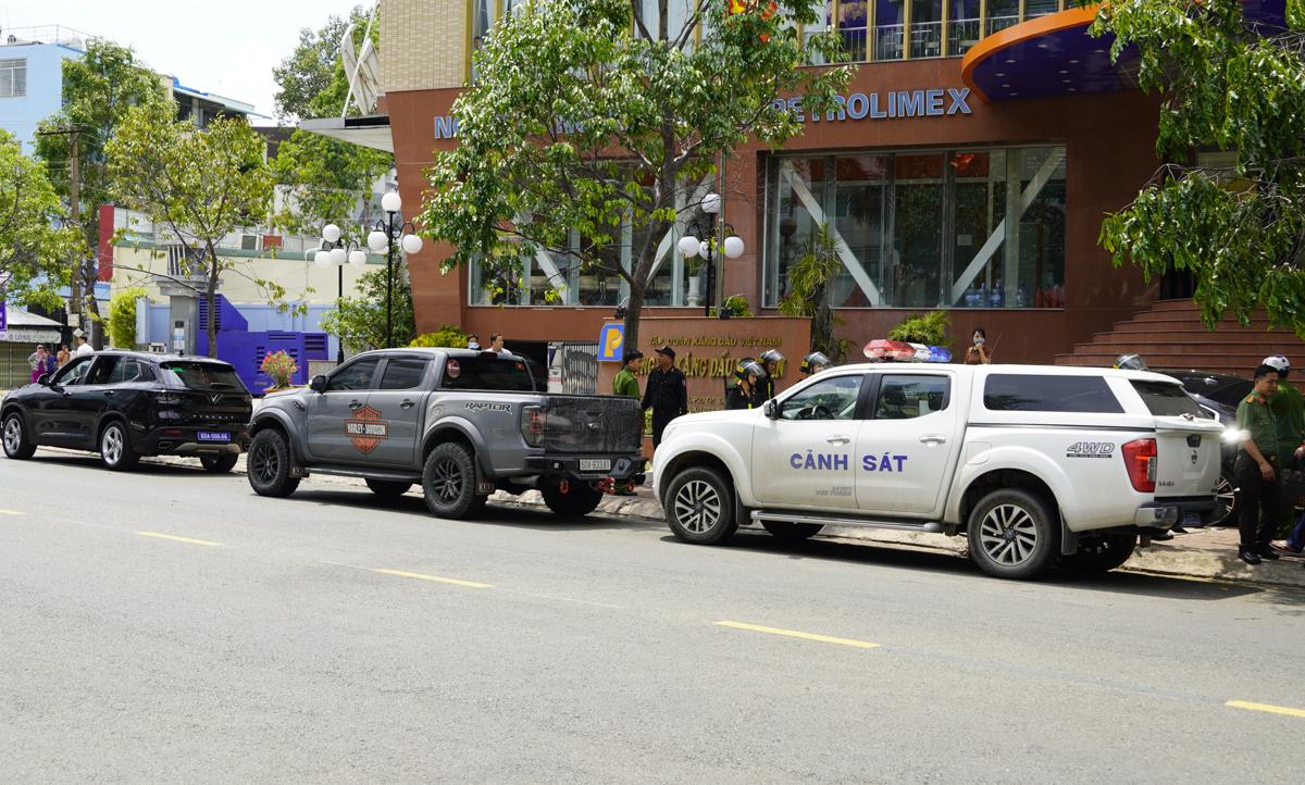 Cảnh sát phong tỏa, khám xét trụ sở Petrolimex Long An. Ảnh: Hoàng Nam.