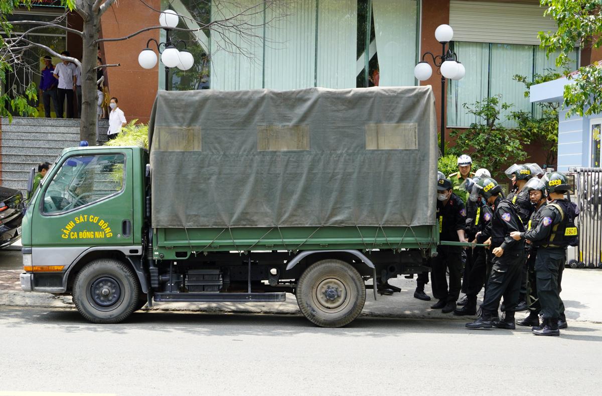 Ôtô chở tài liệu, hồ sơ cảnh sát thu giữ tại trụ sở Petrolimex Long An. Ảnh: Hoàng Nam.