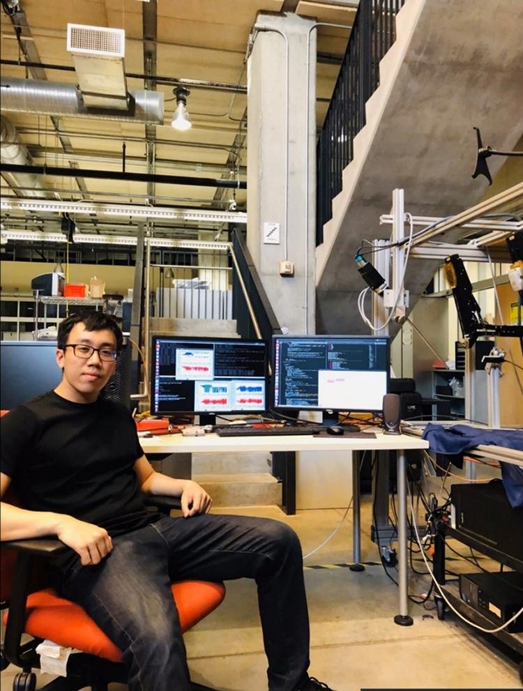 Trần Việt Nam tại phòng nghiên cứu của Đại học Johns Hopkins.
