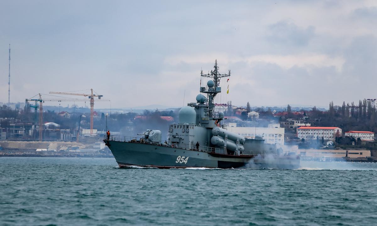 Hộ vệ hạm cỡ nhỏ Ivanovets tham gia diễn tập ngoài khơi bán đảo Crimea ngày 15/4. Ảnh: BQP Nga.
