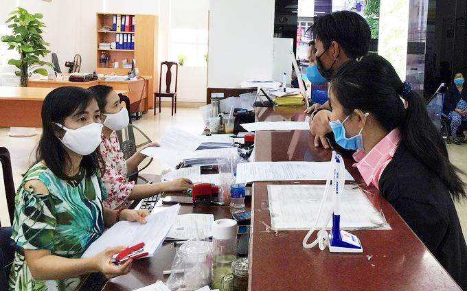 Người lao động làm thủ tục tại Bảo hiểm xã hội TP HCM, tháng 3/2021. Ảnh:Lê Tuyết.