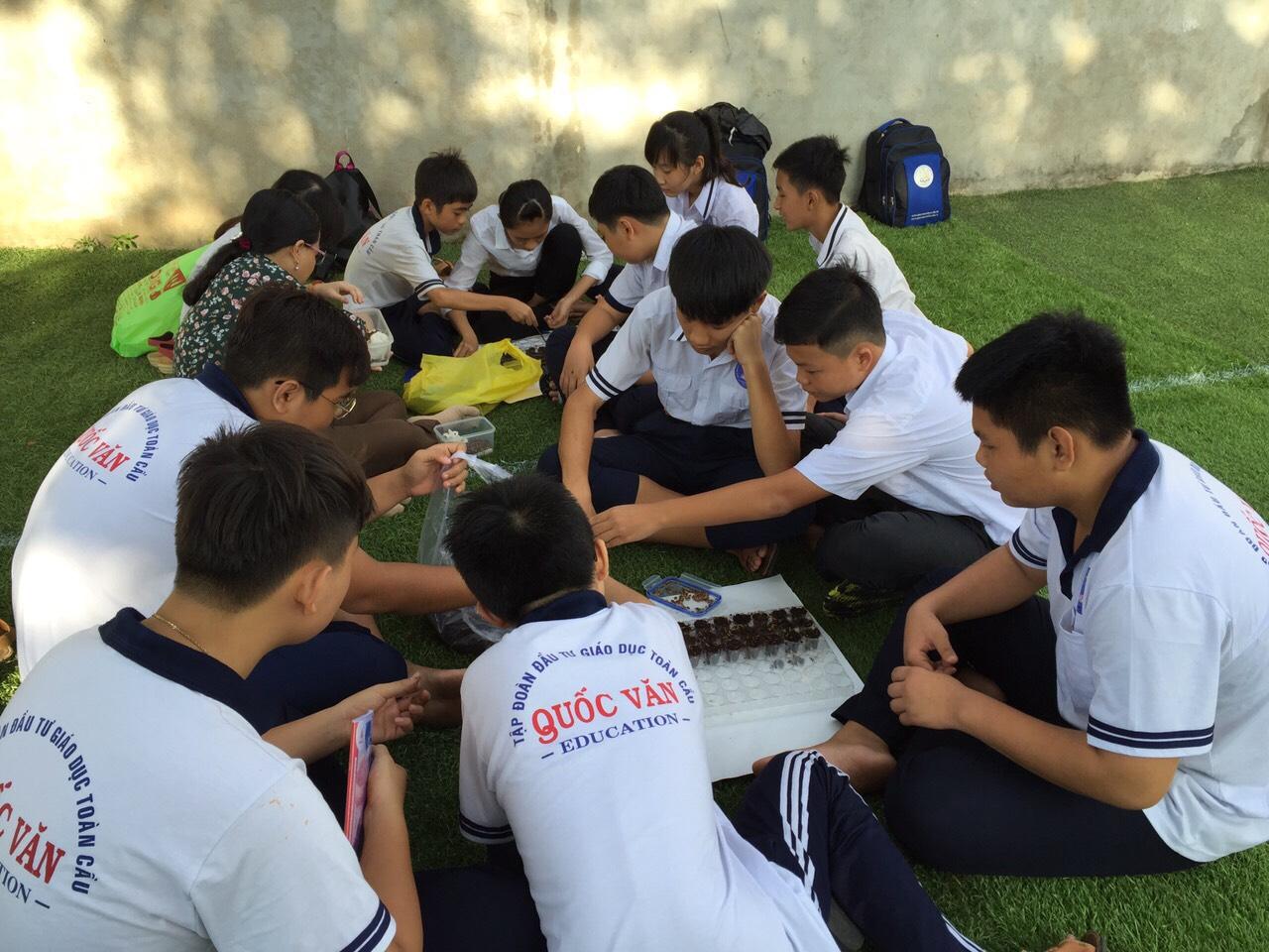 Các em học sinh trong một giờ thực hành Sinh học trong năm 2021.