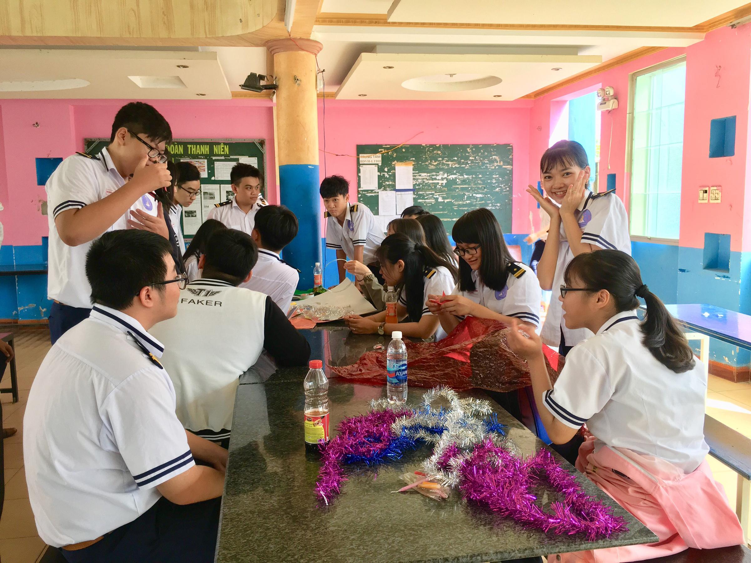 Hoạt động làm lồng đèn trung thu năm 2019 thu hút nhiều học sinh tham gia.