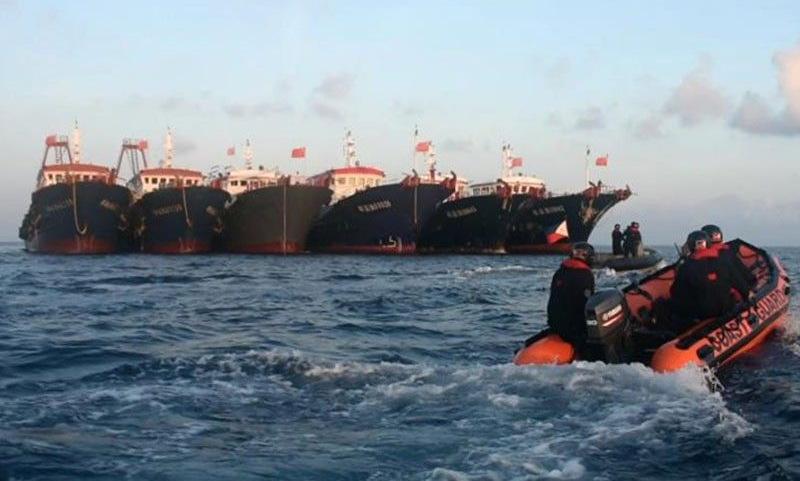 Xuồng cao su Philippines áp sát 6 tàu cá Trung Quốc hôm 14/4. Ảnh: PCG.