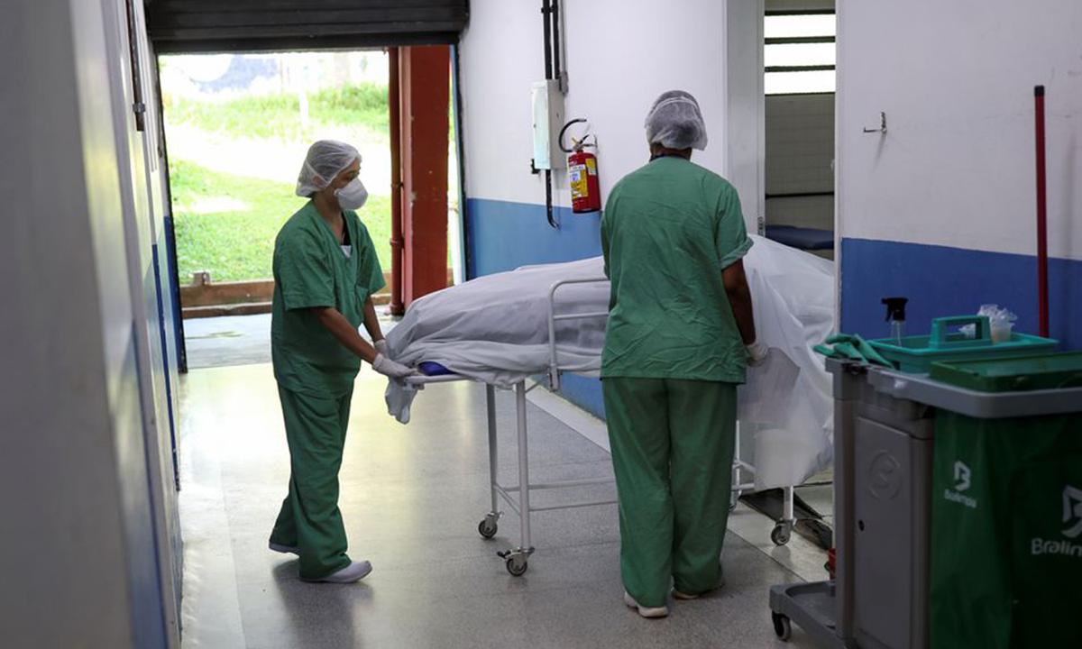 Một người tử vong vì Covid-19 được chuyển đến nhà xác tại bệnh viện dã chiến ở Santo Andre, ngoại ô Sao Paulo, Brazil hôm 7/4. Ảnh: Reuters.