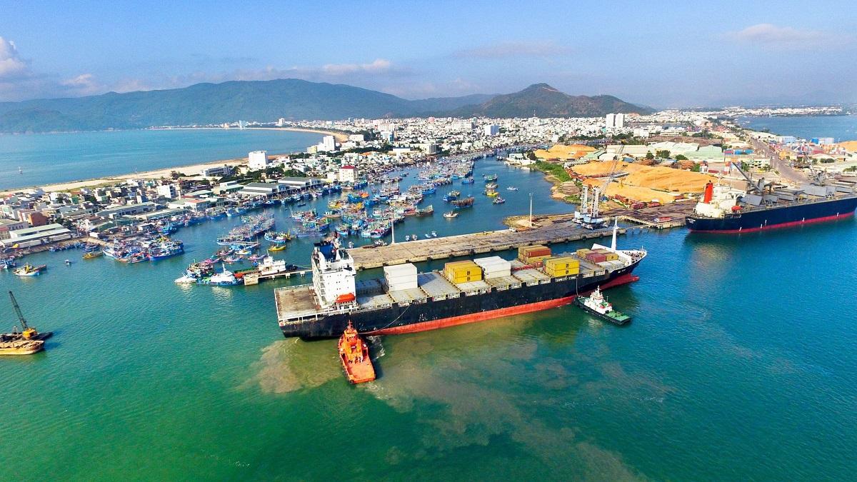 Cảng Quy Nhơn sẽ được nạo vét luồng, nâng cấp để phục vụ cho tàu 50.000 DWT. Ảnh: Nguyễn Dũng.