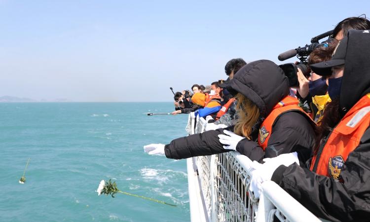 Người thân của các nạn nhân vụ chìm phà Sewol thả hoa xuống vùng biển ngoài khơi đảo Jindo, Hàn Quốc, hôm nay. Ảnh: Reuters.