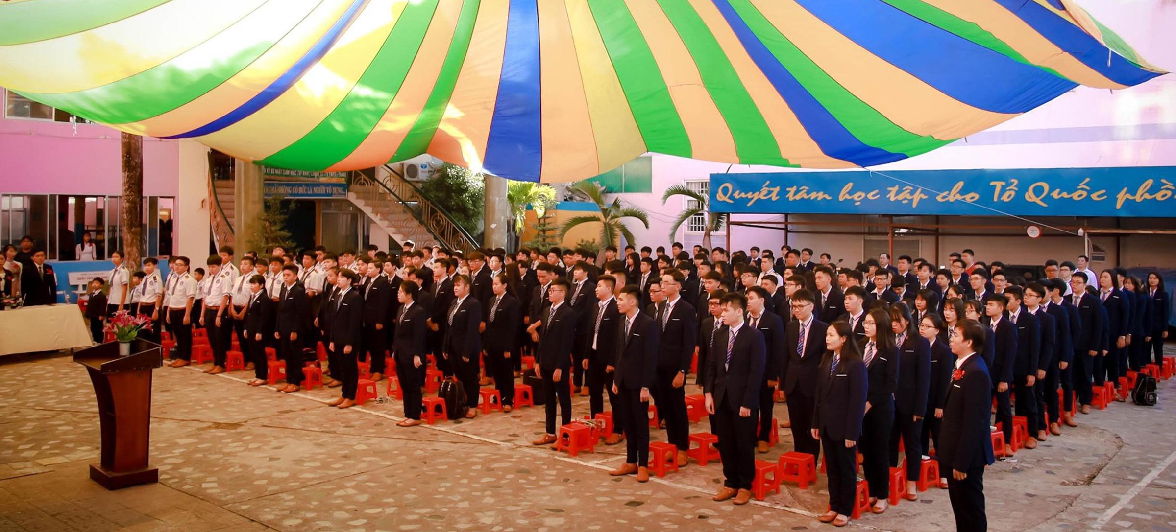 Học sinh cấp 3 tại trường Quốc Văn trong buồi chào cờ đầu tuần vào năm 2021.