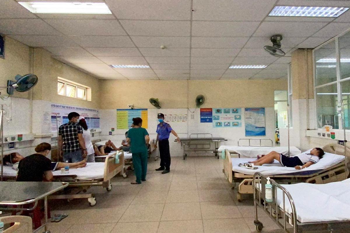 Các học sinh được theo dõi tại Trung tâm y tế Hoà Vang, sáng 16/4. Ảnh: Vân Đào.