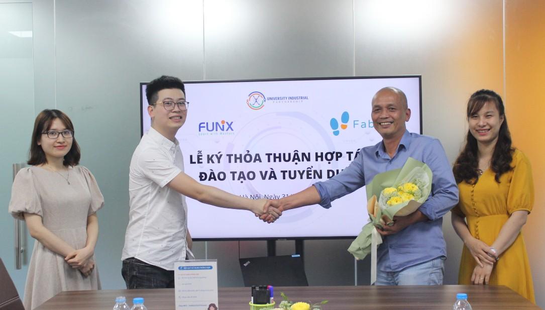 Ông Lê Viết Cảnh (trái) bắt tay nhà sáng lập FUNiX - Nguyễn Thành Nam tại lễ ký kết hợp tác vào ngày 31/3 vừa qua.